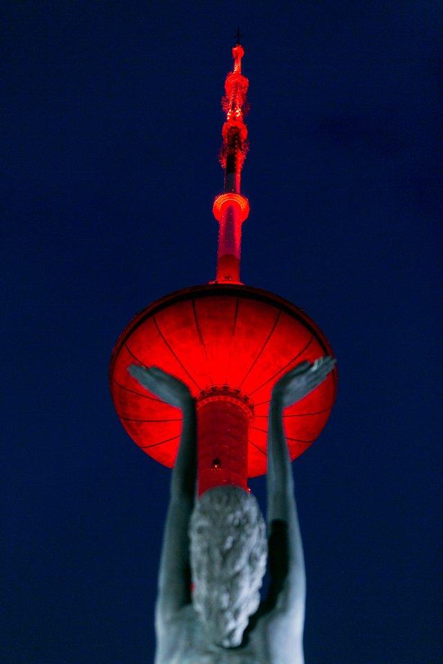 Televizijos bokštas įsižiebė Lietuvos trispalvės spalvomis.<br>T.Bauro nuotr.