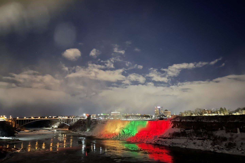 Vasario 16-ąją Niagaros kriokliai nušvito Lietuvos trispalvės spalvomis.<br>Lietuvos ambasados Kanadoje/URM nuotr.
