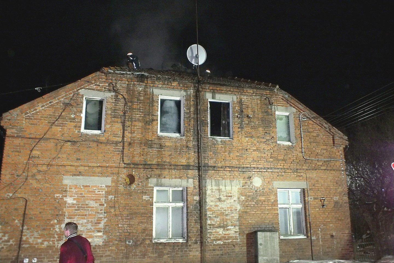 Pirmo aukšto butai Kybartuose buvo sulieti vandeniu, o antrame aukšte esantys du butai pajuodo nuo dūmų.<br>Ugniagesių nuotr.