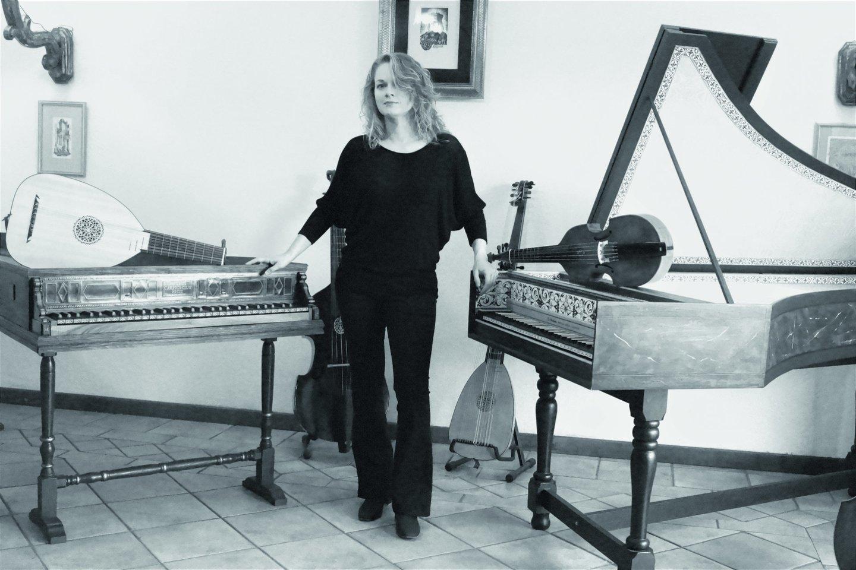 N.D.Beniušytė prie savo 40 kilogramų sveriančios meilės – klavesino.<br>A.Buckutės nuotr.