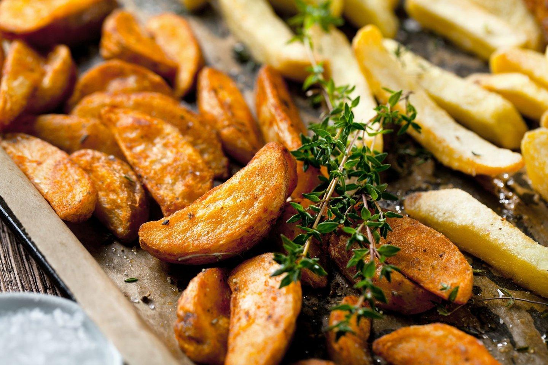 Orkaitėje keptos traškios bulvytės.<br>123rf nuotr.