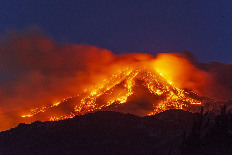 Sicilijoje išsiveržė Etnos ugnikalnis.<br>Scanpix/Reuters/Zuma/AFP nuotr.