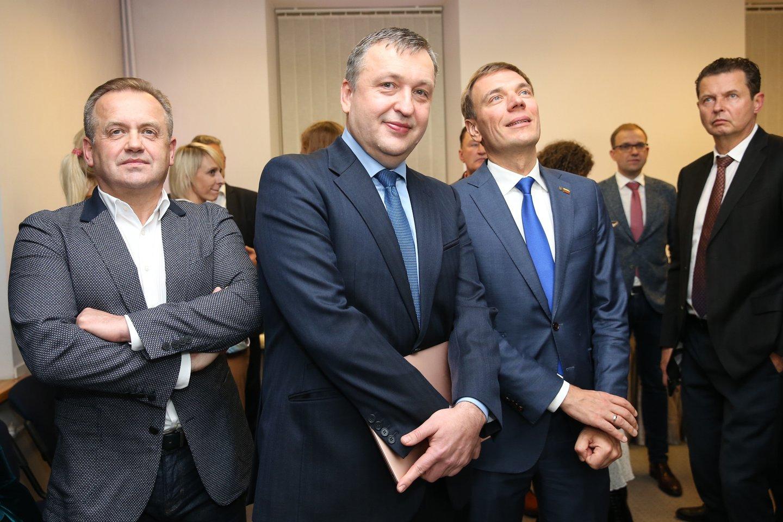 Antanas Guoga, Mindaugas Puidokas, Artūras Skardžius Darbo partijos štabe Seimo rinkimų naktį.<br>R.Danisevičiaus nuotr.