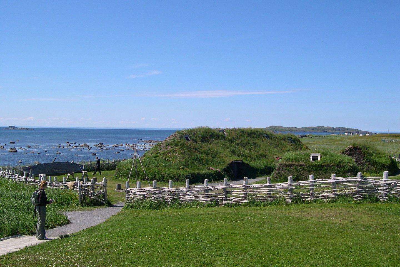Vikingų gyvenvietės rekonstrukcija L'Anse Aux pievose.<br>Wikimedia commons