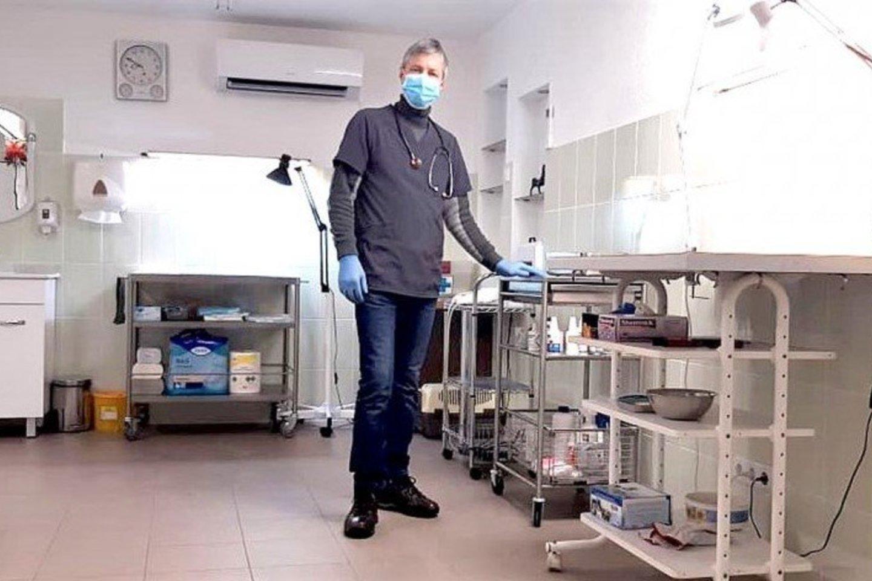 Į erdvų veterinaro darbo kabinetą pacientai įleidžiami lydimi tik vieno, būtinai kaukę dėvinčio, žmogaus, kam neskubu, siūloma palaukti saugesnio laiko.<br>Asmeninio albumo nuotr.
