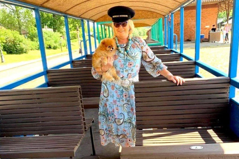 Šuo buvo prisirišęs prie B.Jakutienės, ji savo numylėtinį veždavosi ir į keliones.<br>Asmeninio archyvo nuotr.