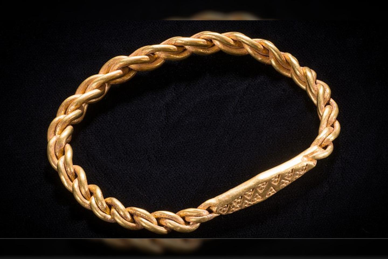 A.Fox teigia, kad dilbio žiedai iš aukso buvo reti – nes vikingų laikais sidabras buvo kur kas labiau paplitęs.<br>Mankso Nacionalinio paveldo nuotr.