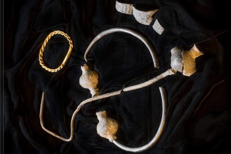 Pagrindinės lobio dalys – auksinis dilbio žiedas (apyrankė) ir masyvi sidabrinė sagė, datuojama 950 m.<br>Mankso Nacionalinio paveldo nuotr.