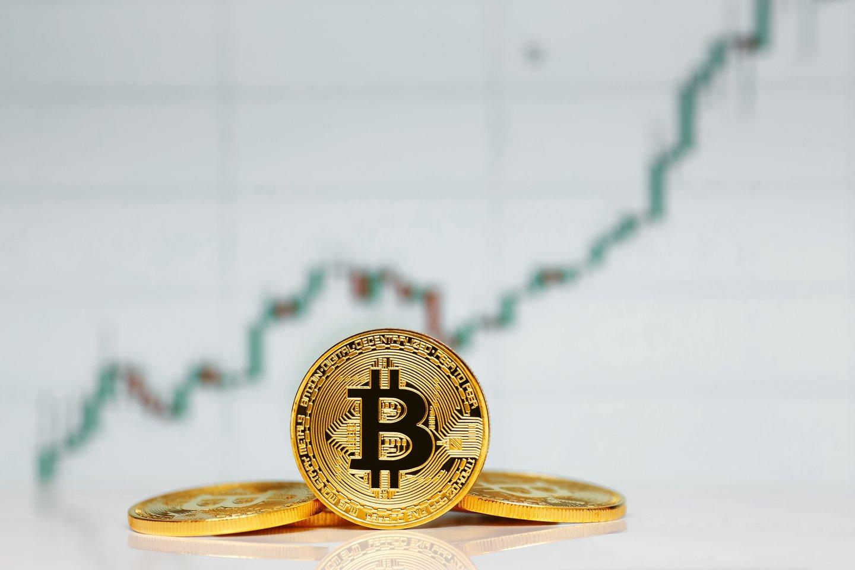 """Bitkoino kursas penktadienį pasiekė naują rekordą, o šios kriptovaliutos rinkos kapitalizacija priartėjo prie 1 trln. dolerių, praneša agentūra """"Reuters"""".<br>123rf iliustr."""