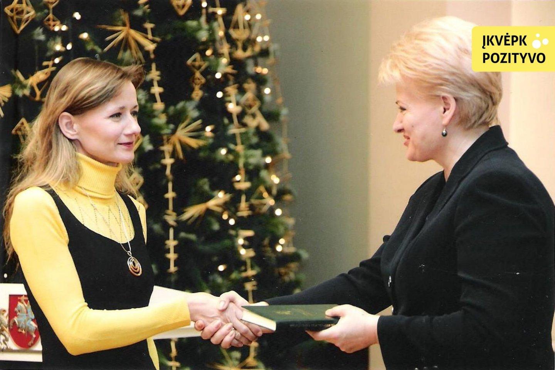 Už puikias Konstitucijos žinias 2009-aisiais Lina buvo apdovanota Prezidentūroje.<br>Nuotr. iš asmeninio albumo