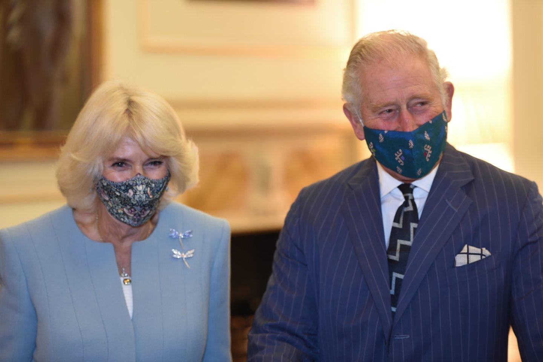 Jungtinės Karalystės gydytojai nuo COVID-19 paskiepijo sosto įpėdinį princą Charlesą (72 m.) ir jo sutuoktinę Camillą (73 m.).<br>AFP/Scanpix nuotr.
