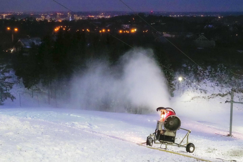 Per karantiną Liepkalnyje slidinėti atlydėjęs vaiką suaugusysis, nors ir visiškai nesinaudos keltuvais, turi pirkti du bilietus – vieną vaikui, kitą – sau.<br>V.Ščiavinsko nuotr.