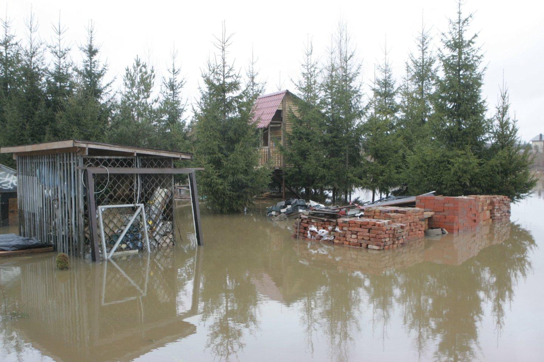 Prieš 10 metų staiga naktį kilęs potvynis nusiaubė pakaunės gyventojų sodybas.<br>A.Barzdžiaus nuotr. iš archyvo