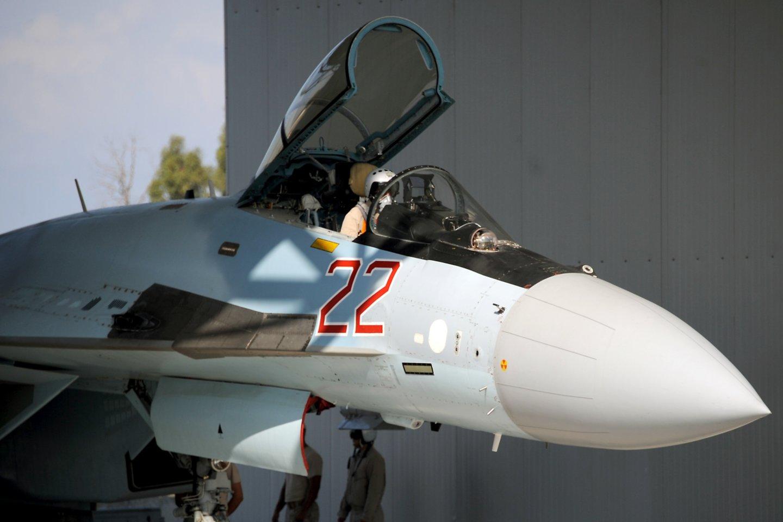 """Damasko vyriausybės sąjungininkės Rusijos aviacija per virtinę smūgių Sirijoje nukovė mažiausiai 21 džihadistų grupuotės """"Islamo valstybė"""" (IV) kovotoją, šeštadienį pranešė padėtį karo krečiamoje šalyje stebinti organizacija.<br>AFP/Scanpix nuotr."""