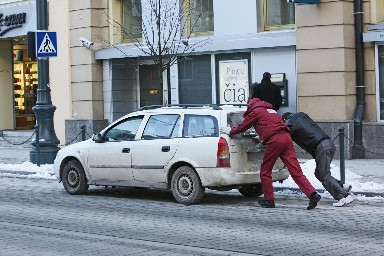 Šių metų pradžioje rekordiškai daug automobilių vairuotojų susidūrė su problema, kad negali užvesti savo transporto priemonės.<br>V.Balkūno nuotr.