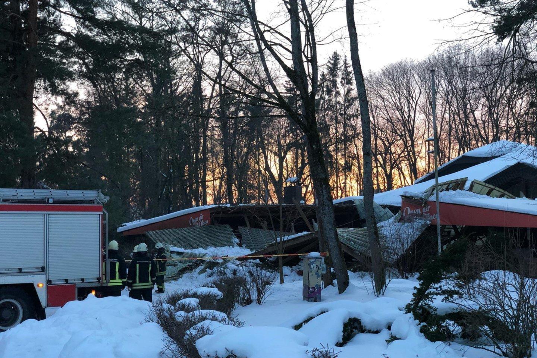 """Vasario 21 d. sostinės Vingio parke sniego svorio neatlaikė kavinės """"Lakštingala"""" stogas – nemaža jo dalis įgriuvo, buvo pažeistos ir sienos, kitos medinio pastato konstrukcijos.<br>A.Černiauskaitės nuotr."""