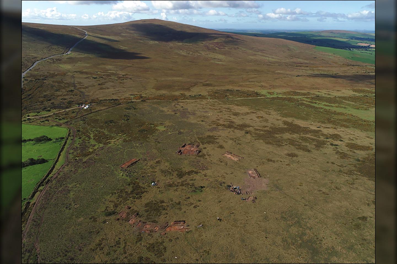 """Waun Mawno kasinėjimai 2018 m., žiūrint iš šiaurės. Akmenų ratas ant Cnwc yr Hŷ (""""elnio kalvos"""").<br>A. Stanfordo nuotr."""