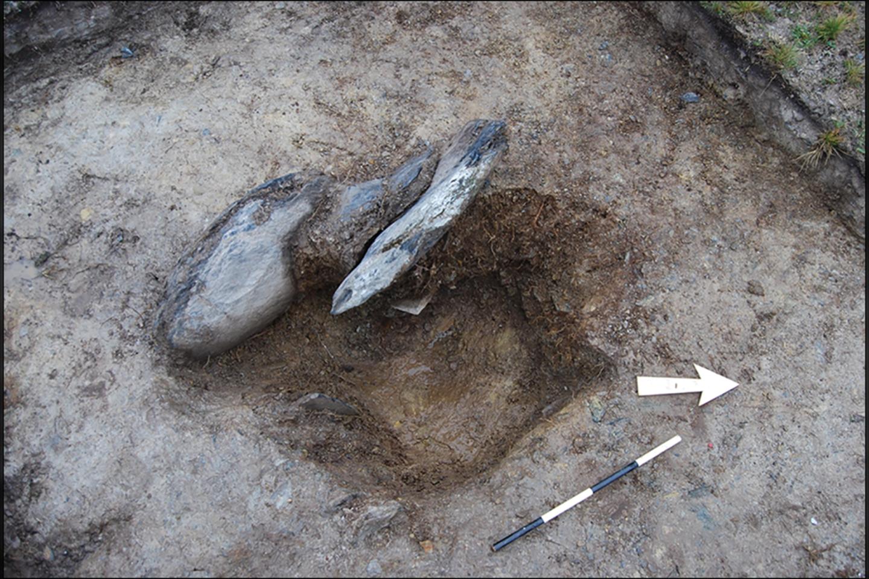 Septintojo akmens duobė, likusi pašalinuspašalinus nuosėdas - su vis dar regimais įtvirtinimo elementais.