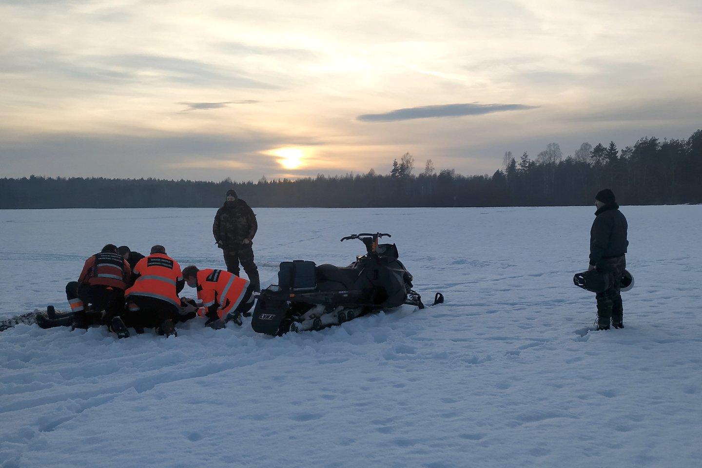 Nusipirktą sniego motociklą išbandyti sumanęs šiaulietis pateko į medikų rankas.<br>Šiaulių AVPK nuotr.