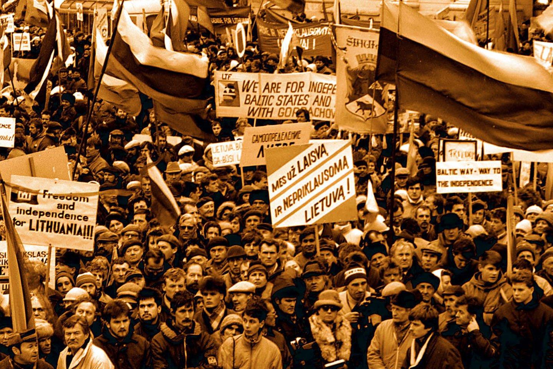 1990 m. vyko pirmieji demokratiniai rinkimai į Lietuvos SSR Aukščiausiąją Tarybą. Juose dalyvavo 472 kandidatai į deputatus 141 rinkimų apygardoje. Iš 90-ties pirmajame ture išrinktų deputatų 72 atstovavo Sąjūdžiui, kuris savo rinkimų programoje nurodė, kad nedelsiant ir besąlygiškai sieks atkurti nepriklausomą Lietuvos valstybę.<br>M.Vidzbelio nuotr.