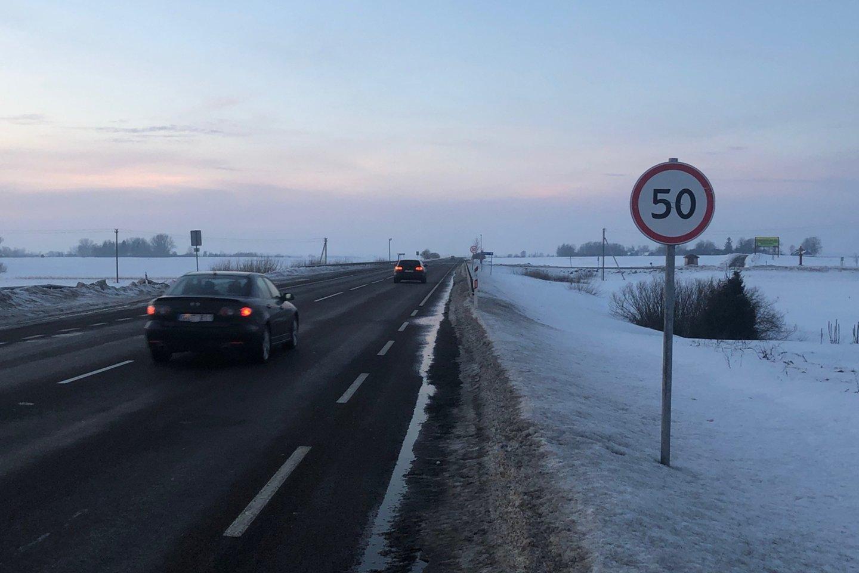 Ties Genių kaimu Alytaus rajone kelio ženklai reikalauja mažinti greitį iki 30 kilometrų per valandą.<br>A.Karaliūno nuotr.