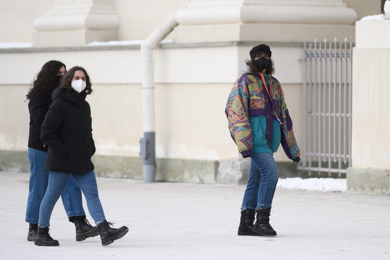 Dalis ekspertų mano, kad reikalavimas dėvėti kaukes lauke buvo perteklinis.<br>V.Skaraičio nuotr.