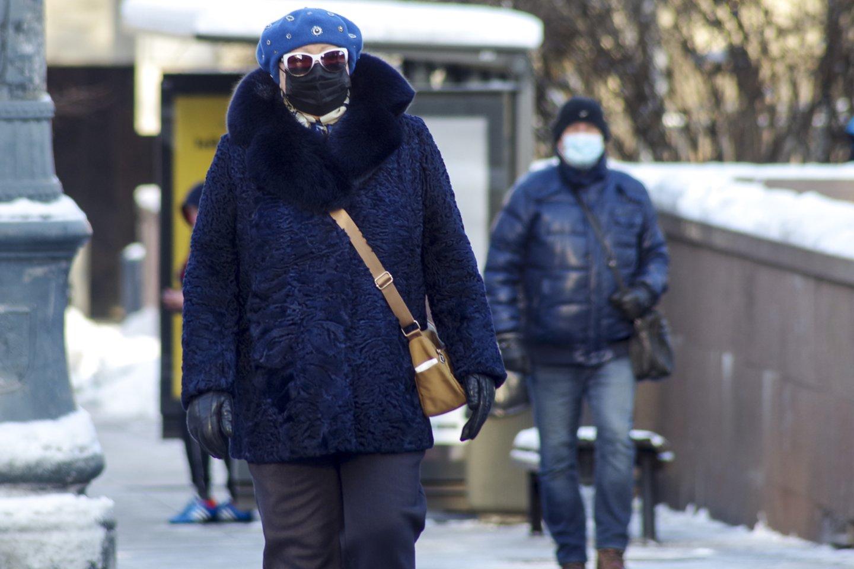 Dalis ekspertų mano, kad reikalavimas dėvėti kaukes lauke buvo perteklinis.<br>V.Ščiavinsko nuotr.