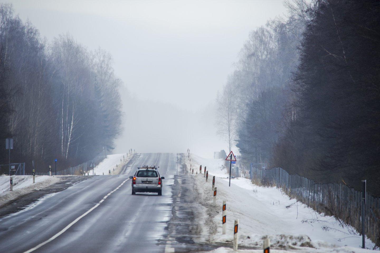 Antradienio rytą didžiojoje Lietuvos dalyje eismo sąlygas sunkina susiformavęs plikledis, šarma, slidžių ruožų yra visuose keliuose.<br>V.Ščiavinsko nuotr.