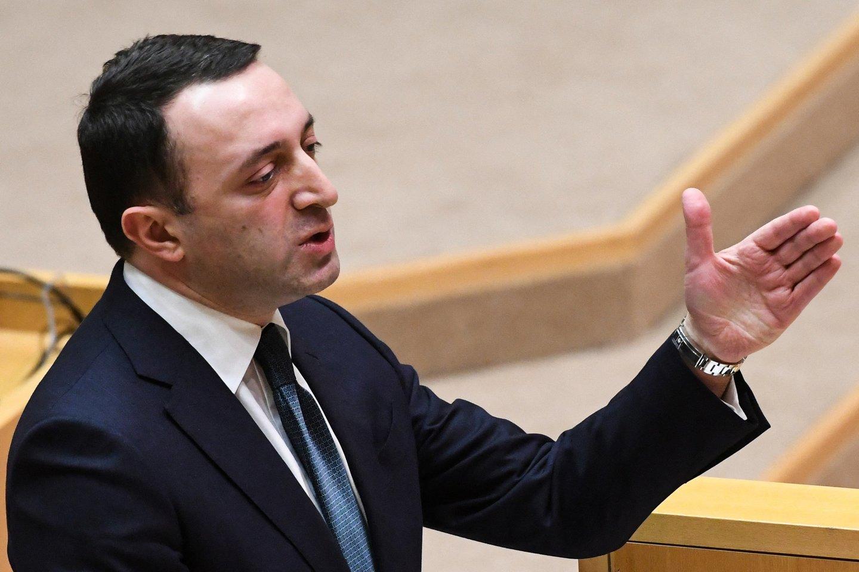 Prieš pirmadienio balsavimą kreipdamasis į parlamentarus I. Garibašvilis sakė, kad jo vyriausybė vykdys teismo nurodymą suimti N. Meliją.<br>AFP/Scanpix nuotr.