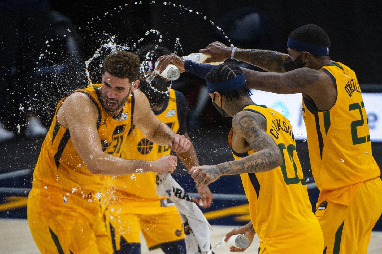 """""""Utah Jazz"""" pataikė 28 tritaškius.<br>AP/Scanpix nuotr."""