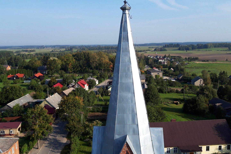 Sutvarkyti Ylakių bažnyčios bokštai, primenantys miestelio pavadinimą.<br>KIC nuotr.