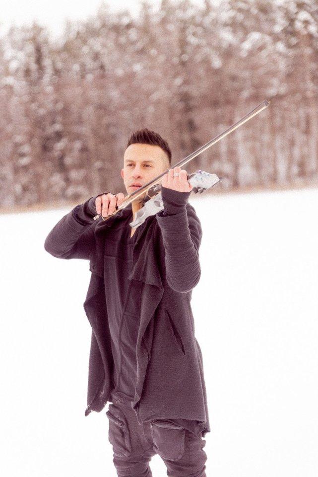 Tatuiruotas vaikinas giliomis akimis nėra klasikinės muzikos atlikėjas, elektrinis smuikas jo rankose labiau sukuria roko žvaigždės įvaizdį.<br>Asmeninio archyvo nuotr.