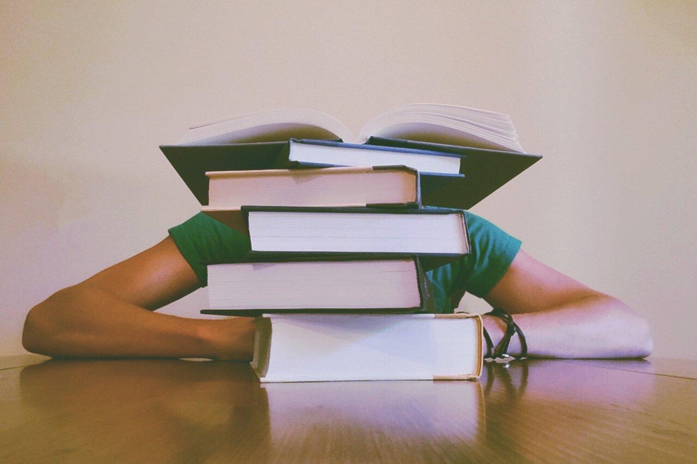 """Studentai dažnai jaučia akademinį spaudimą, neigiamai veikiantį jų gerovę bei savijautą.<br>""""Pexels.com"""" nuotr."""
