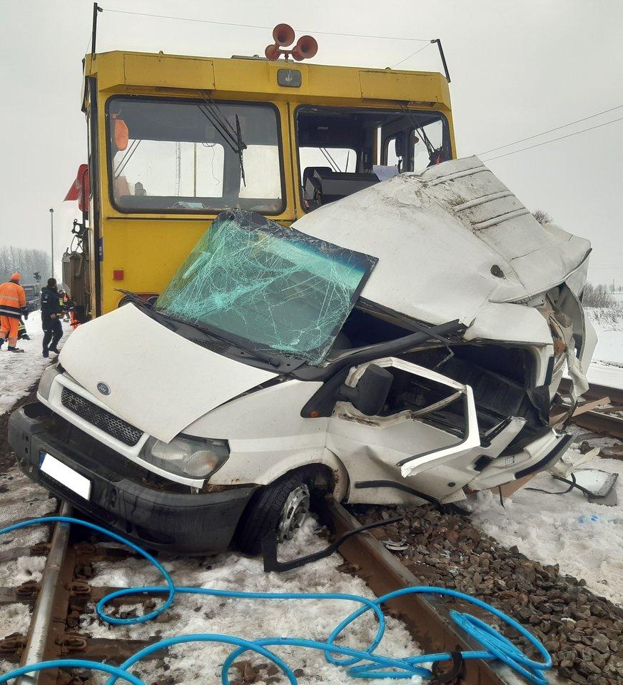 Traukinys susidūrė su autobusiuku.<br>Kauno apskr. VPK nuotr.
