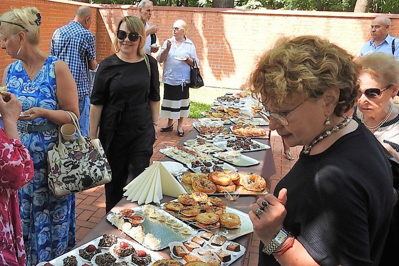 F.Kukliansky ir pati kepa tradicinius aguonomis įdarytus sausainius pagal tradicinį šeimos receptą.<br>G.Pilaičio nuotr.