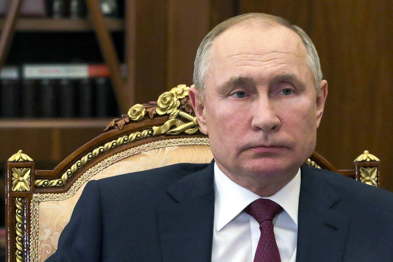 """Rusijos prezidentas Vladimiras Putinas trečiadienį pasirašė visą šūsnį naujų įstatymų, kurie leistų protestuotojams ir """"užsienio agentams"""" taikyti dideles baudas. <br>AP/Scanpix nuotr."""
