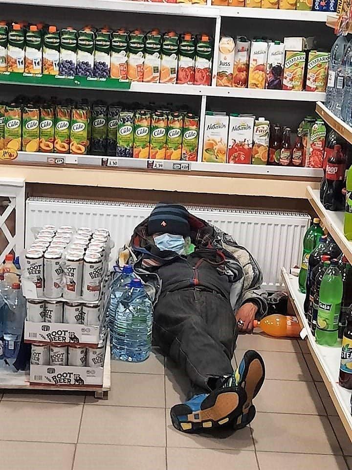 Iš parduotuvių vejamas vyras gulasi ant grindų ir knarkia.<br>Skaitytojų nuotr.