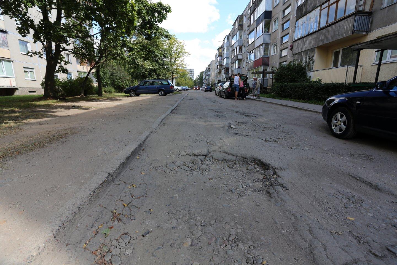 """Įsigaliojus Aplinkos ministerijos patikslintam statybos techniniam reglamentui """"Gatvės ir vietinės reikšmės keliai. Bendrieji reikalavimai"""" (STR 2.06.04:2014), pasikeitė privalomas minimalus automobilių stovėjimo vietų skaičius šalia vieno ir dviejų butų gyvenamųjų namų.<br>P.Mantauto nuotr."""