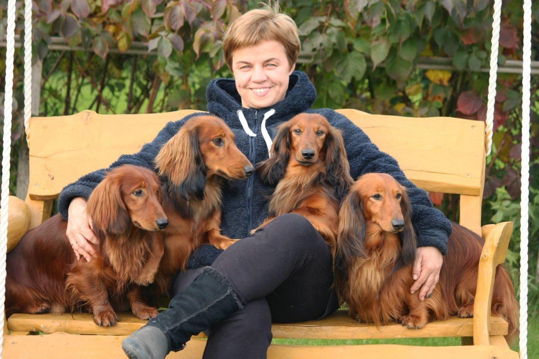 Lilija prisipažįsta, kad su pirmojo veislinio šuns atsiradimu buvo nulemtas ir jos likimas, nes geriau už vieną taksą gali būti tik būrys taksų.<br>J.Tranelytės nuotr.