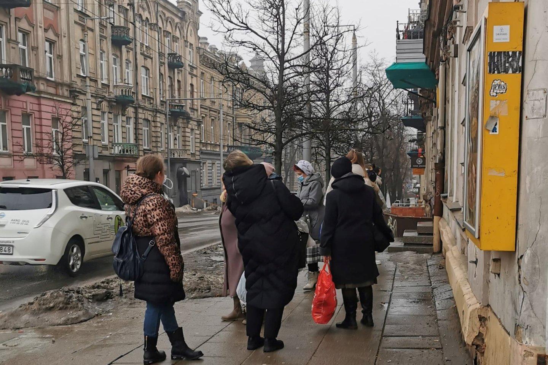 Skaitytoją stebina eilės prie dėvėtų drabužių parduotuvių sostinėje.<br>Skaitytojo nuotr.