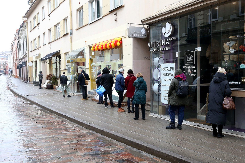 Prie dėvėtų drabužių parduotuvių sostinėje nusidriekė eilės.<br>R.Danisevičiaus nuotr.