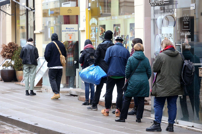 Skaitytoją papiktino žmonių eilės prie dėvėtų drabužių parduotuvių sostinės Trakų gatvėje.<br>R.Danisevičiaus nuotr.
