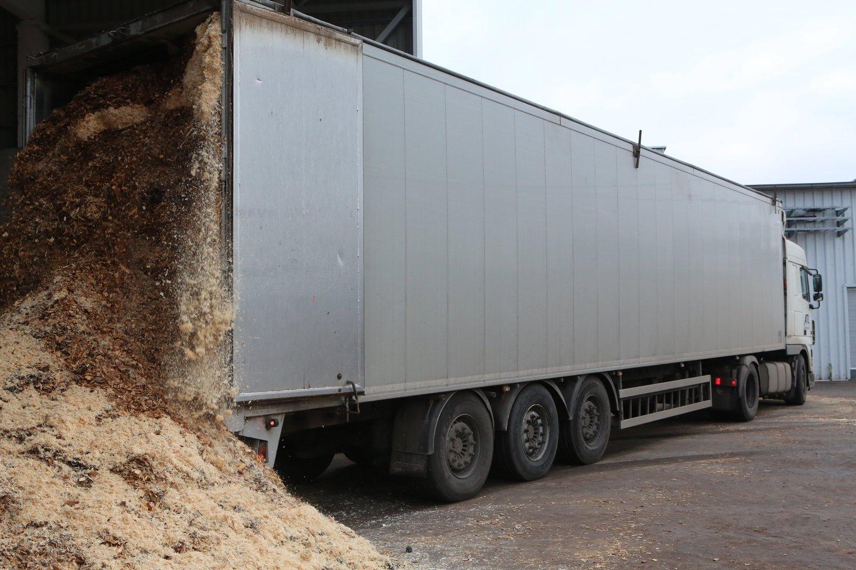 Leistinas sunkvežimių svoris Lietuvos keliuose apribotas iki 40-ies tonų, Skandinavijoje jis – daug didesnis.<br>M.Patašiaus nuotr.
