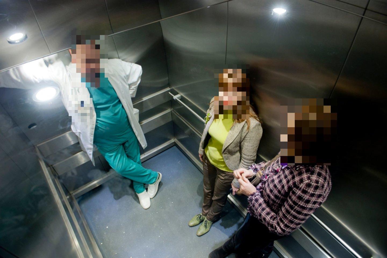 Jos mokėjo susirasti auką: lifte pašnekovas negali pabėgti, o baimė užstrigti lifte tikrai padeda užmegzti pokalbį su naujuoju bendrakeleiviu.<br>V.Ščiavinsko asociatyvi nuotr.