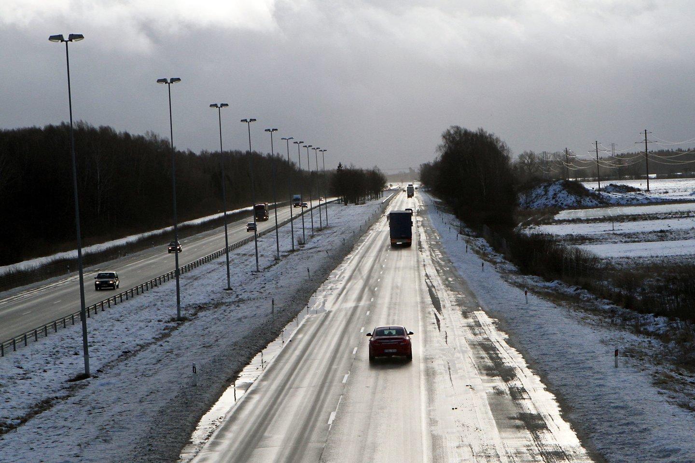 Automagistralė Vilnius - Klaipėda, automobiliai, eismas, orai, plikledis, žiema<br>M.Patašiaus nuotr.