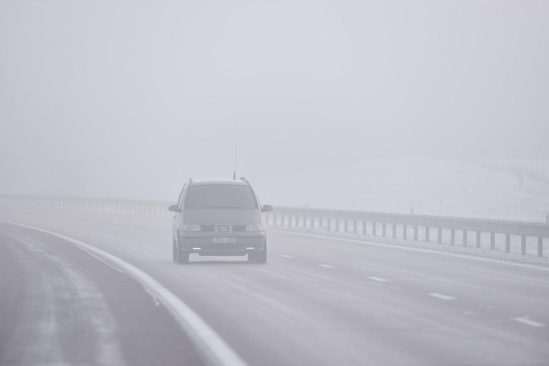 žiema, sniegas, orai, rūkas, mašina, automobilis, plikledis, provėžos, šlapdriba, slidus kelias, sliduma<br>V.Ščiavinsko nuotr.