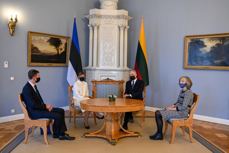 Su darbo vizitu į Lietuvą atvykusi Estijos prezidentė Kersti Kaljulaid trečiadienį su Lietuvos vadovu Gitanu Nausėda aptarė COVID-19 situaciją, padėtį Rusijoje ir Baltarusijoje.<br>Prezidentūros nuotr.
