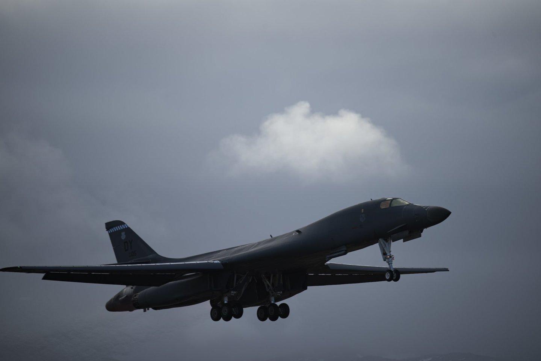 Trečiadienį, kovo 3 d. virš Vilniaus 14.40 val. praskriejo Jungtinių Amerikos Valstijų strateginis bombonešis B-1B.<br>dvidshub.net nuotr.