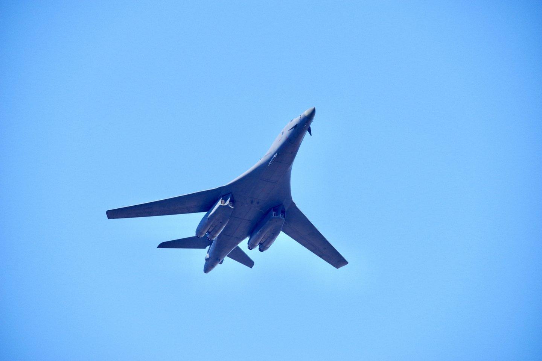 Trečiadienį, kovo 3 d. virš Vilniaus 14.40 val. praskriejo Jungtinių Amerikos Valstijų strateginis bombonešis B-1B.<br>V. Ščiavinsko nuotr.