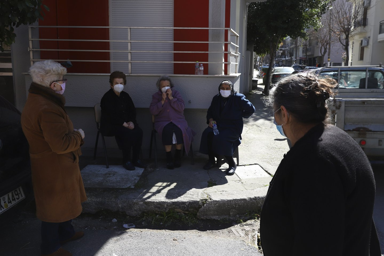 Žmonės išėjo į gatves saugodamiesi žemės drebėjimo pavojaus.<br>Scanpix/AP/AFP nuotr.
